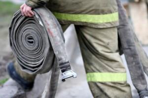 пожарный со шлангом - фото В.Огнёва